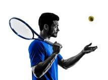 Silueta del hombre que juega al jugador de tenis Fotos de archivo libres de regalías