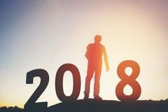 Silueta del hombre del viajero feliz por 2018 Años Nuevos Foto de archivo