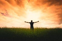 Silueta del hombre y de la sol Imagenes de archivo