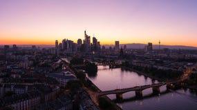 Silueta del horizonte de Francfort en el panorama de la puesta del sol del verano Fotos de archivo libres de regalías