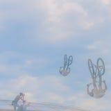 Silueta del jinete de la bici que hace salto El momento aventurado baja en marcos de los correspondientes de la foto Porciones de Fotografía de archivo libre de regalías