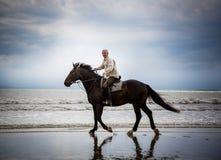 Silueta del jinete del caballo de la playa Imagenes de archivo
