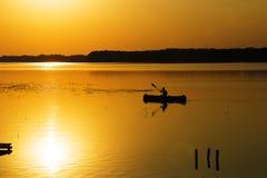 Silueta del kajak en el lago Imagen de archivo