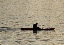 Silueta del kayaer indefinido en el agua en el tiempo hermoso de la puesta del sol Santa Cruz fotos de archivo libres de regalías