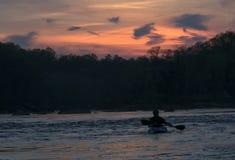 Silueta del kayaker en la puesta del sol Imágenes de archivo libres de regalías