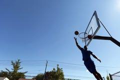 Silueta del Layup del baloncesto foto de archivo libre de regalías