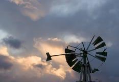 Silueta del molino de viento Imagen de archivo libre de regalías