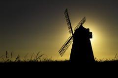 Silueta del molino de viento de Halnaker en la puesta del sol Imagenes de archivo