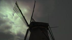 Silueta del molino de viento en el cielo dramático, tempestuoso Música de la noche almacen de metraje de vídeo
