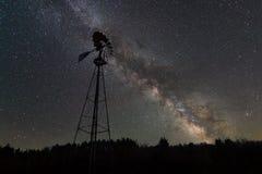 Silueta del molino de viento en la noche imagen de archivo
