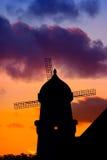 Silueta del molino de viento en la puesta del sol Imágenes de archivo libres de regalías