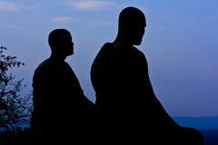 Silueta del monje meditating Imágenes de archivo libres de regalías