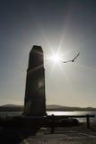 Silueta del monumento, pájaro y el sol imágenes de archivo libres de regalías