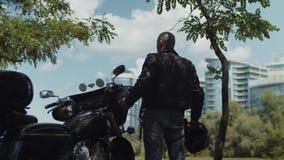 Silueta del motorista que disfruta de paisaje urbano después de paseo almacen de metraje de vídeo