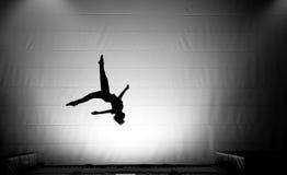 Silueta del muchacho joven que salta en el trampolín Imagen de archivo