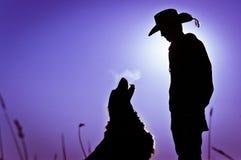 Silueta del muchacho y del perro Fotos de archivo libres de regalías