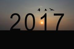 Silueta del número 2017 en el tejado de la casa y de la salida del sol en twili Imágenes de archivo libres de regalías