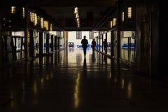 Silueta del negocio en el túnel, la reflexión y las luces, Milano, Italia foto de archivo