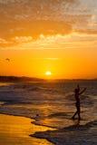 Silueta del niño en la puesta del sol Fotos de archivo libres de regalías