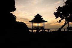 Silueta del pabellón cerca del mar Imagen de archivo
