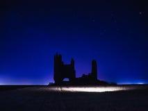 Silueta del paisaje del castillo con la luz del UFO Foto de archivo libre de regalías