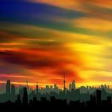Silueta del paisaje urbano y un cielo colorido de la puesta del sol ilustración del vector