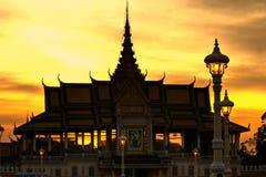Silueta del palacio real Pnom Penh, Camboya. Foto de archivo libre de regalías