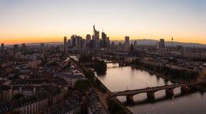 Silueta del panorama del horizonte de Frankfurt-am-Main en la puesta del sol Fotos de archivo libres de regalías