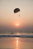 Silueta del Parasailing en la puesta del sol Fotografía de archivo