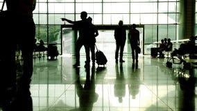 Silueta del pasajero con la maleta que camina a través de pasillo en el aeropuerto metrajes