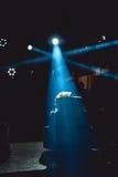 Silueta del pastel de bodas en crosslights azules partido wediing Foto de archivo libre de regalías