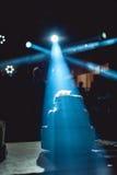 Silueta del pastel de bodas en crosslights azules partido wediing Fotografía de archivo libre de regalías
