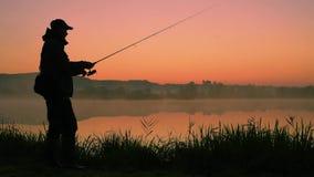 Silueta del pescador almacen de metraje de vídeo