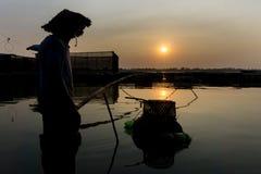 Silueta del pescador con la red de pesca foto de archivo libre de regalías