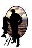 Silueta del pescador con un pescado en un CCB del río Fotografía de archivo libre de regalías