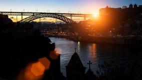 Silueta del puente de Dom Luis I sobre el río del Duero durante puesta del sol asombrosa Fotografía de archivo