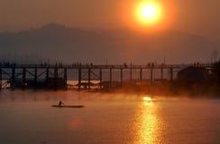 Silueta del puente de madera. Foto de archivo