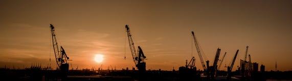 Silueta del puerto de Hamburgo en la puesta del sol fotos de archivo