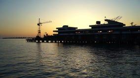 Silueta del puerto en la puesta del sol almacen de metraje de vídeo