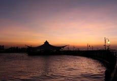 Silueta del restaurante y del embarcadero flotantes contra el cielo de la puesta del sol en el ancol Jakarta Indonesia Imagen de archivo libre de regalías