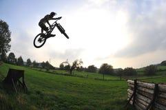 Silueta del salto de la bici Imagen de archivo