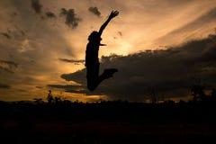 Silueta del salto de la mujer Imagenes de archivo