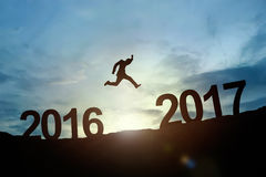 Silueta del salto que brilla intensamente 2016 a 2017 del hombre de negocios Estafa del éxito Fotos de archivo libres de regalías