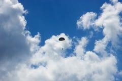 Silueta del skydiver en el cielo azul Fotos de archivo