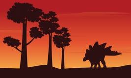 Silueta del stegosaurus del dinosaurio en la colina stock de ilustración