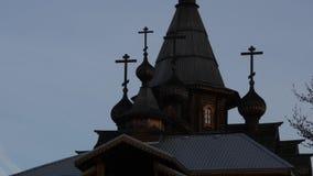 Silueta del templo de Ortodox en el cielo de la salida del sol, cruz cristiana encima de la torre de iglesia 4K almacen de video