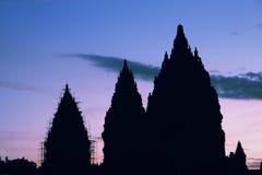 Silueta del templo de Prambanan en puesta del sol Imagen de archivo libre de regalías