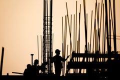 Silueta del trabajador de construcción Fotografía de archivo libre de regalías