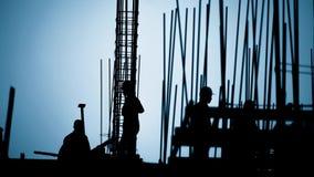 Silueta del trabajador de construcción en el lugar de trabajo almacen de video