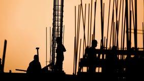 Silueta del trabajador de construcción en el lugar de trabajo metrajes
